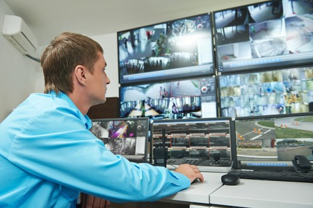 Garde de sécurité regardant système de sécurité de surveillance de surveillance vidéo Banque d'images - 36816321