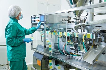 mecanica industrial: Mujer f�brica l�nea de producci�n farmac�utica operativo trabajador en la farmacia f�brica fabricaci�n industria Foto de archivo