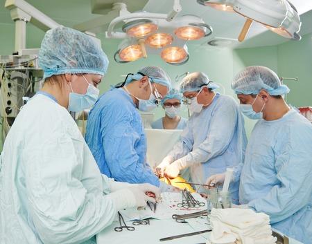 surgical: Equipo de cirujano en uniforme realizar operación de trasplante de corazón en un paciente en la clínica de cirugía cardiaca
