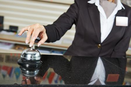 sirvienta: trabajador recepcionista mujer que suena en le ofrece servicio de campana