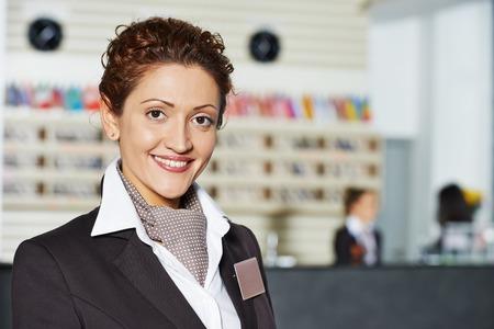 ホテルで立って幸せな女性マネージャー ワーカー