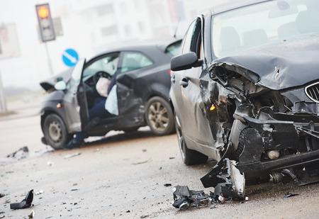 borracho: accidente de coche accidente en la calle, coches dañados después de la colisión en la ciudad