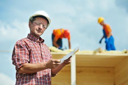 bouw ingenieur werknemer project manager bij bouwplaats