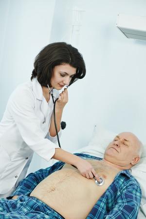 phonendoscope クリニック病院で患者の医者リスニング ハートビート
