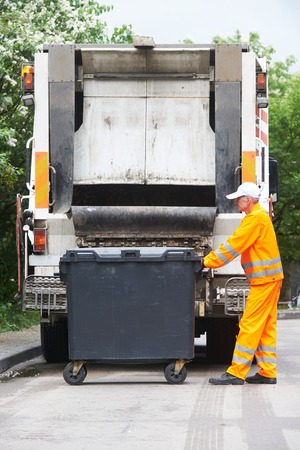 reciclar: Trabajador de residuos reciclaje de basura cami�n recolector de carga y contenedor de basura