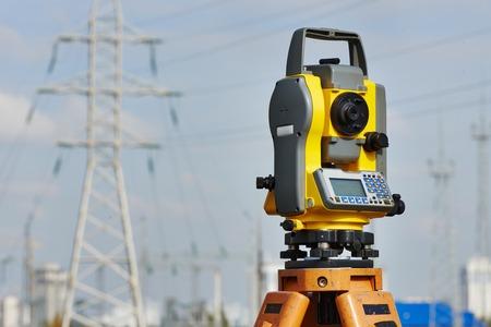 teodolito: Surveyor tacheometer equipo o al aire libre teodolito en el sitio de construcci�n Foto de archivo