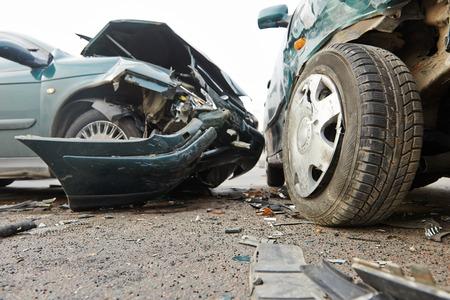 wypadek samochodowy wypadek na ulicy, uszkodzone samochody po kolizji w mieście
