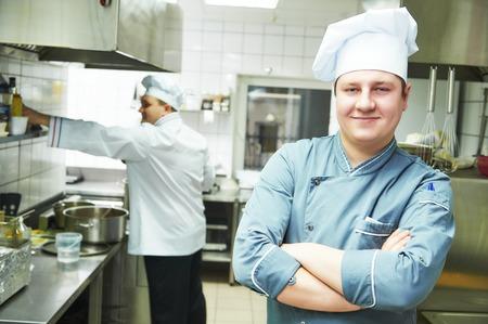cocineros: Retrato del cocinero cocinero de sexo masculino en la cocina del restaurante Foto de archivo