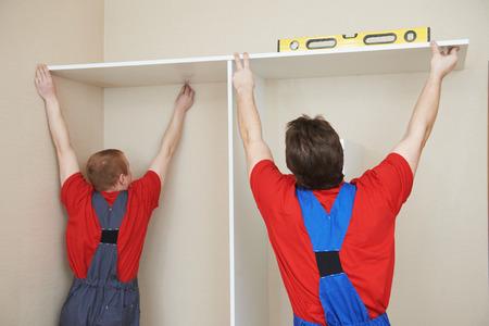 marking up: Dos carpinteros trabajadores conjunta y liquidar casa armario empotrado