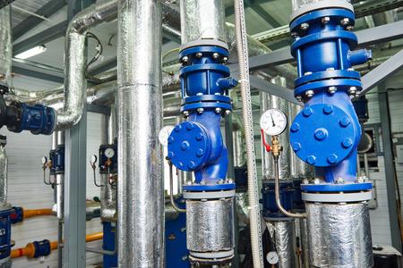 ガス暖房のボイラー室の圧力計、パイプおよび蛇口のバルブのクローズ アップ