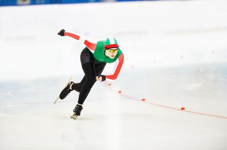 Acelerar deportista femenina de patinaje joven durante la carrera de la competencia Foto de archivo