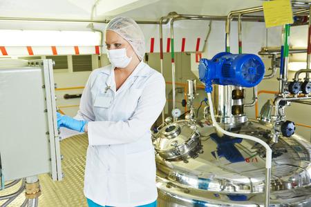 Farmaceutische fabriek apparatuur mengen tank op productielijn in de farmacie-industrie productie in de fabriek Stockfoto - 37749945