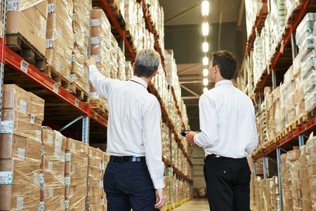travailleur: deux travailleurs des gestionnaires dans l'entrep�t avec un code � barres Banque d'images
