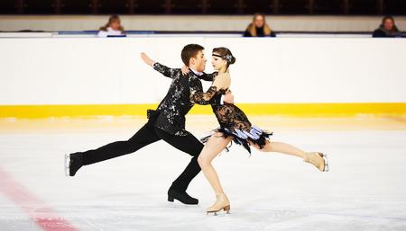 スポーツ アリーナで若いスケーター組のフィギュア スケート