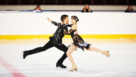 스포츠 경기장에서 젊은 스케이터 쌍 피겨 스케이팅 스톡 콘텐츠