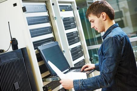 tecnología informatica: ingeniero de redes de trabajo en la sala de servidores