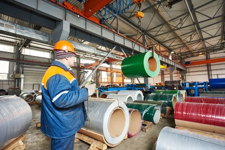 fabrieksarbeider actief metalen plaat profilering mechine op productie-fabriek