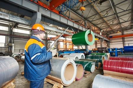 metales: trabajador industrial de metal operativo mechine de hoja de perfiles en la fábrica de fabricación