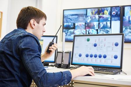 guardia de seguridad: guardia de seguridad viendo el video del sistema de vigilancia de seguridad de vigilancia