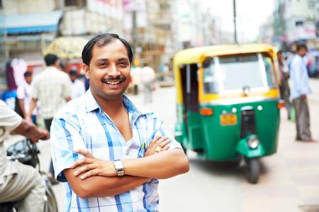 cab: Indian motocarro de tres weeler hombre taxista tuk-tuk