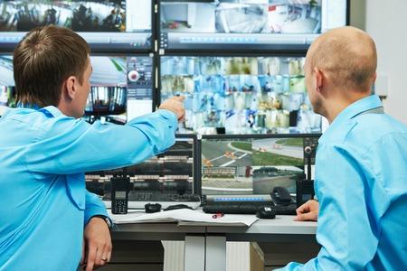 jefe ejecutivo de seguridad que discute la actividad con el trabajador frente al sistema de seguridad de vigilancia de monitoreo de video