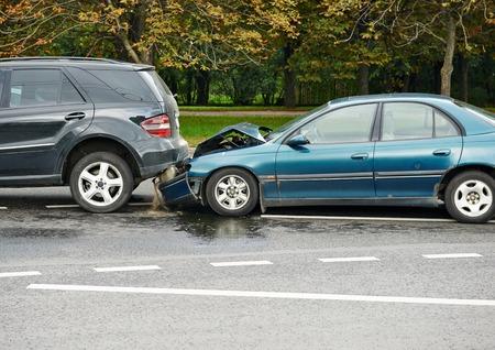 auto-ongeluk ongeval op straat, beschadigde auto na botsing in de stad