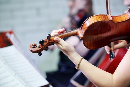 Hand van vrouwelijke violist muzikant het afspelen van muziek op entertainment feestje Stockfoto