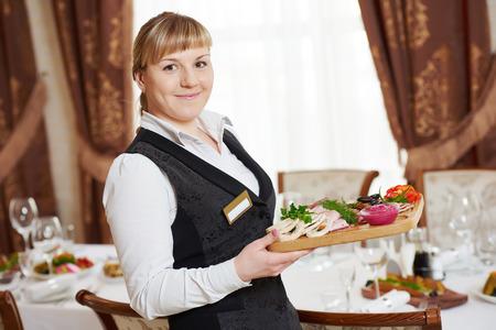 Restaurant Catering-Service. Kellnerin, die Festtafel