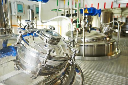mecanica industrial: f�brica con equipos farmac�uticos tanque de mezcla en la l�nea de producci�n en la farmacia f�brica de fabricaci�n de la industria Foto de archivo