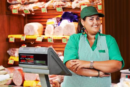 obrero trabajando: Retrato del trabajador vendedor o asistente vendedor en supermercado tienda de la tienda Foto de archivo