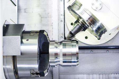 metales: metal moderno máquina de trabajo con la herramienta de corte durante el detalle de metal que gira a la fábrica