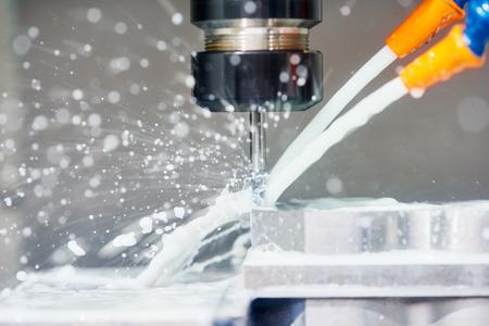 cnc metaalbewerking machine met frees tijdens metalen detail frezen in de fabriek Stockfoto