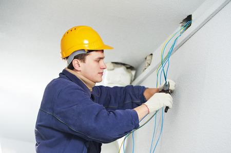 electricista: Electricista Hombre en el trabajo por el que el cable de cableado