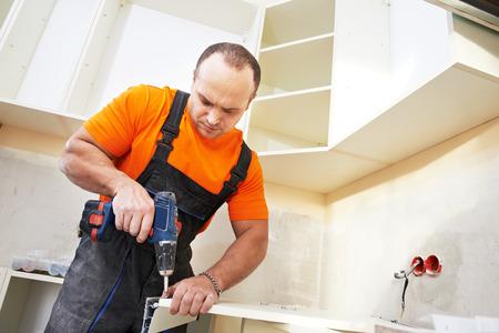 menuisier: Artisan menuisier de cuisine � la cuisine ensemble de meubles de travail de service d'installation