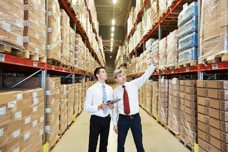 GERENTE: dos directores de los trabajadores de almacén con escáner de código de barras