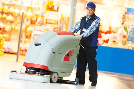 La cura dei pavimenti e la pulizia servizi con lavatrice in negozio negozio supermercato Archivio Fotografico - 39376258