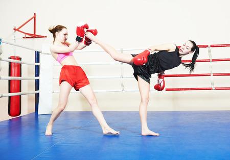 artes marciales mixtas: mujeres tailandesas Muai que luchan en el ring de boxeo entrenamiento