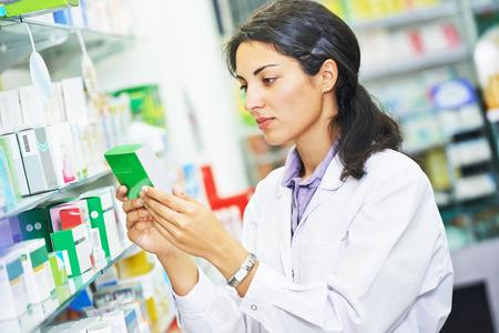 farmacia: retrato de Mujer del qu�mico farmac�utico de sexo femenino en droguer�a de la farmacia Foto de archivo