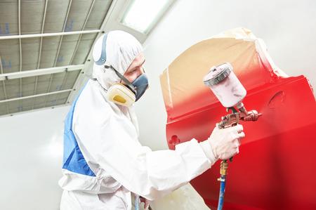 Auto peinture travailleur. voiture rouge dans une chambre de peinture lors de travaux de réparation Banque d'images - 40270006