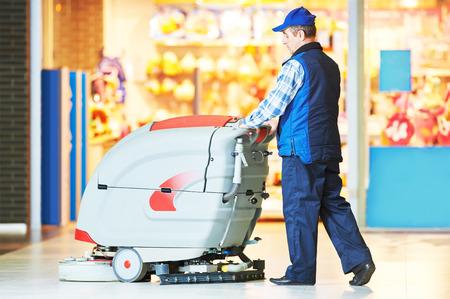 La cura dei pavimenti e la pulizia servizi con lavatrice in negozio negozio supermercato Archivio Fotografico - 40270099
