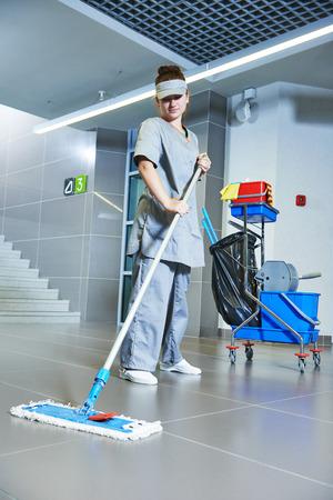 Bodenpflege und Reinigung mit Waschmaschine im Supermarkt speicher Standard-Bild