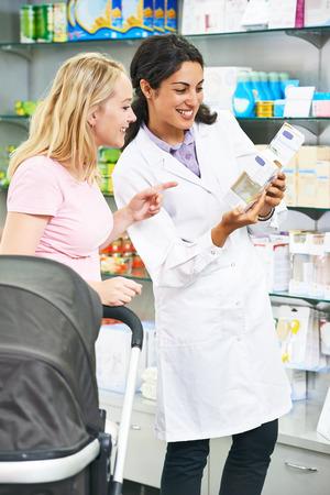 薬剤師の化学者女性の若い女性バイヤー薬局ドラッグ ストアで薬を選択することができます。