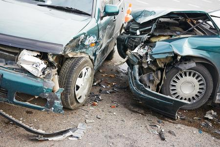 Accidente de coche accidente de carretera en una calle, coches dañados después de la colisión en la ciudad Foto de archivo - 40270357