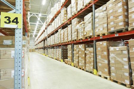 Interior del almacén moderno. Las filas de estanterías con cajas Foto de archivo - 40270279