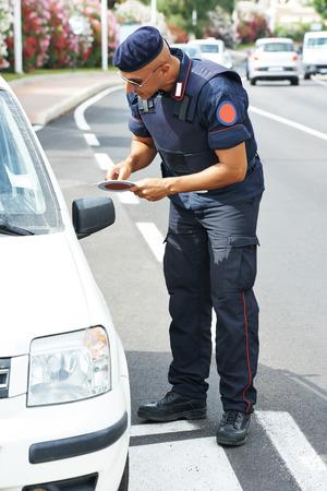 officier de police: Police italienne sp�ciale militaire carabinier la v�rification des documents de conduite
