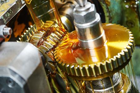 metaalverwerkende industrie: tand tandwiel bewerkingscentra door kookplaat mes molen hulpmiddel Stockfoto
