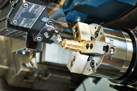 金属加工業界: 切削工具旋盤工場のワーク ショップでのブロンズ メタル ディテールの処理