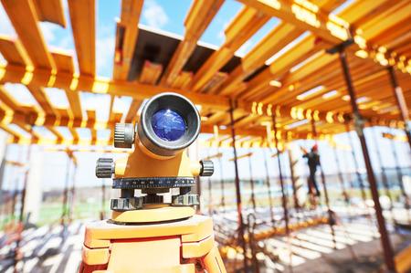 topografo: Nivel de equipamiento topógrafo teodolito al aire libre en el sitio de construcción
