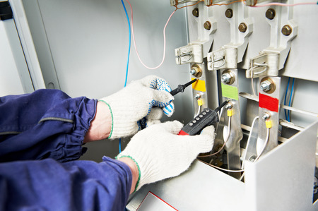 electricista: electricista tensión de comprobación constructor en cuadro de distribución interruptor de fusibles eléctricos