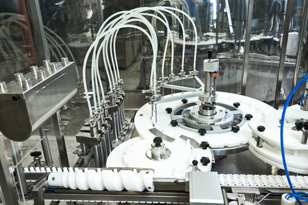 maquinaria: industria farmacéutica. Línea de producción de la máquina transportadora en facory Foto de archivo